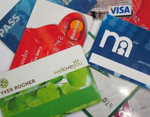 Detingut un repartidor per robar targetes de crèdit i comprar per internet