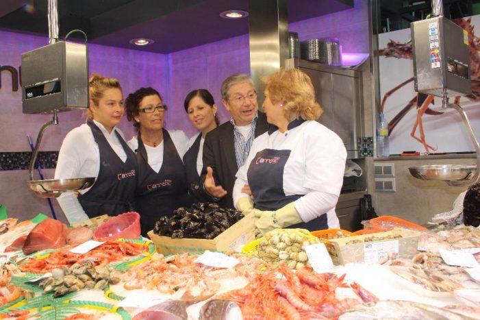 Joan Pera visita el mercat abans de la seva representació