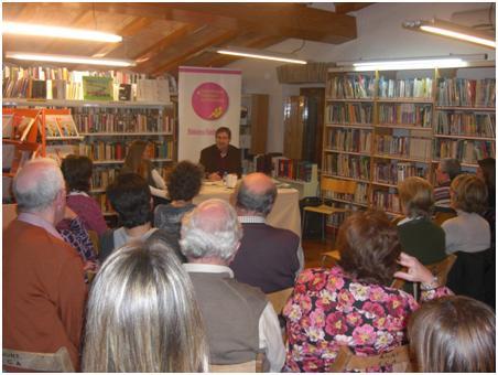 L'escriptor Ramon Solsona visita la biblioteca municipal de Santa Cristina