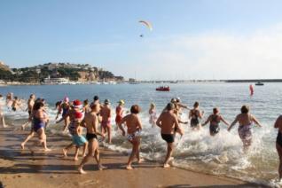 Uns 160 banyistes desafien el fred a Sant Feliu de Guíxols