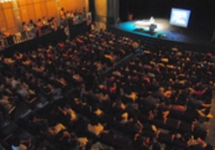 El pediatre Carlos González fa ple al teatre