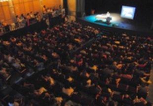 Èxit massiu de la conferència del pediatre Carles González al Teatre