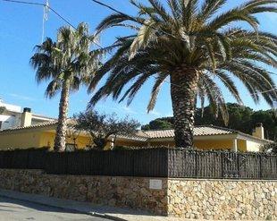 Tres encaputxats lliguen un veí de Sant Feliu a casa seva i li roben 5.000 euros