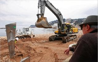 La maquinària ocupa la platja de Sant Feliu de Guíxols