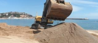 Sant Feliu de Guíxols reomple la platja amb sorra de Begur