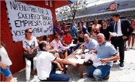 Els bars clausurats de Platja d´Aro ja tenen 3.000 firmes de suport