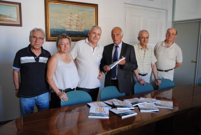 La Junta de l'AD Guíxols presenta a l'alcalde i a la regidora el llibre del centenari de l'entitat