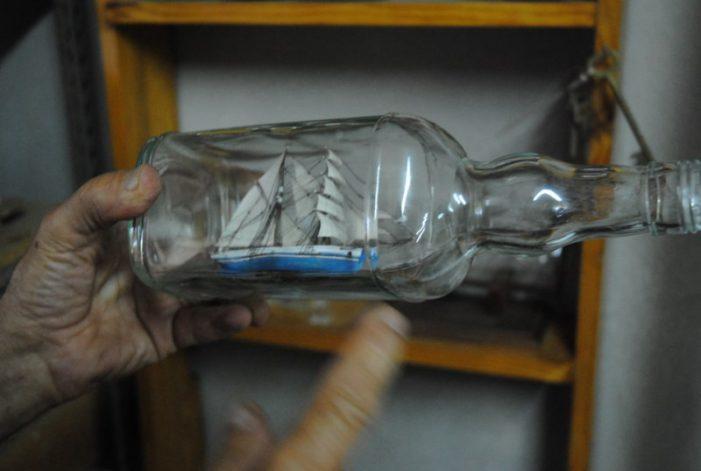 Sabries posar un vaixell de vela en miniatura dins d'una ampolla de vidre?