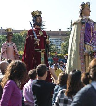 Festa i música pels carrers en la cercavila de gegants