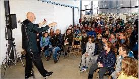 El mercat ecològic de Sant Feliu convida com a artista el mag Xevi