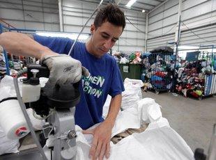 Els guixolencs reciclen 21 tones de roba al 2014