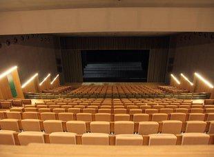 Projector a Lloret per fer sessions de cinema al teatre