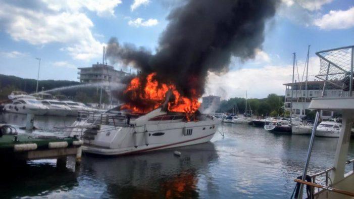 Espectacular incendi d´un iot al Port d´Aro
