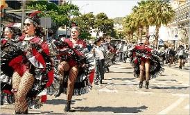 24 carrosses i uns 1.200 figurants participen en la rua del Carnaval