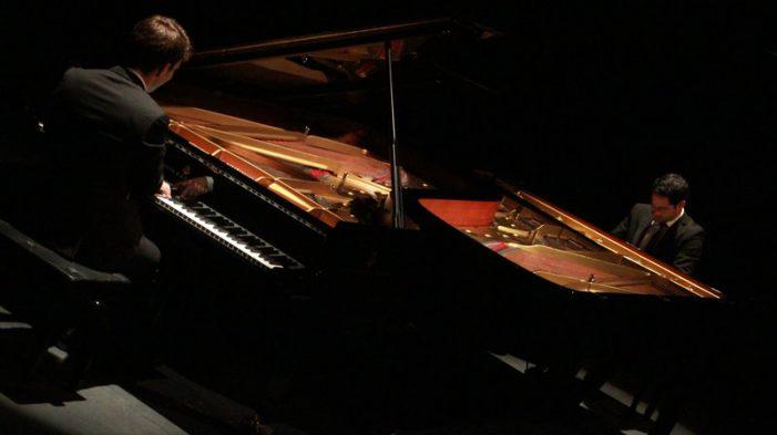 Duet de piano clàssic a la Porta Ferrada