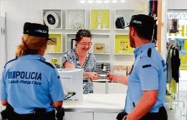 Platja d´Aro reparteix 3.000 imants i adhesius amb el telèfon policial