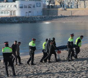 Sant Feliu de Guíxols. Aixecament del cadàver d'un home aparegut mort i nu a la platja, sense indicis de violència. Hipòtesi que és un indigent  Careto: No  Foto: Emili Agulló