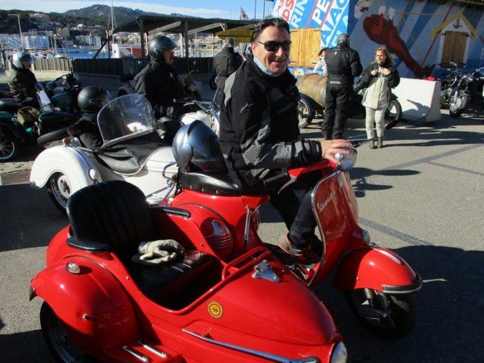 Una vuitantena de motos històriques van fer parada als Jardins Juli Garreta