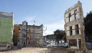 Perilla la conservació de la façana esgrafiada del Portalet