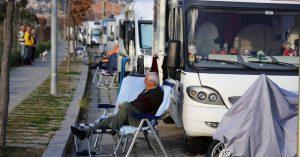 Platja d' Aro Fotos d'ambient en un aparcament d'autocaravanes. Vehicles, caravanistes, aglomeració. La Generalitat estudia gravar els vehicles amb la taxa turística