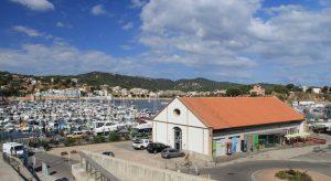 Sant Feliu de Guíxols. Port vista parcial de la zona portuària a l'entorn del Club Nàutic i el Tinglado. Dic i contradic i embarcacions