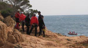 Tamariu. Recerca pescador desaparegut a cala marquesa, a Aigua Gelida. Temporal de mar. Bombers, Mossos, Helicòpter. GRAE, Salvament Marítim.