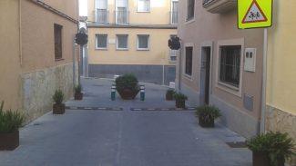 Veïns demanen la reobertura al trànsit del carrer Nou del Garrofer