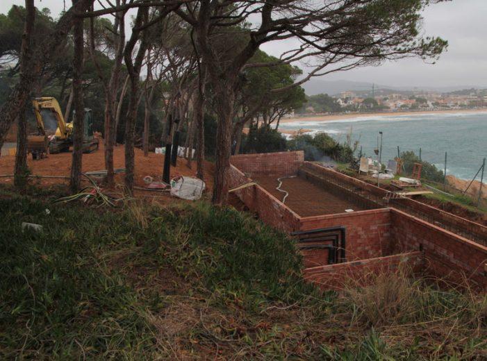 Reprenen les obres de la piscina del nou hotel Alàbriga de Sant Feliu