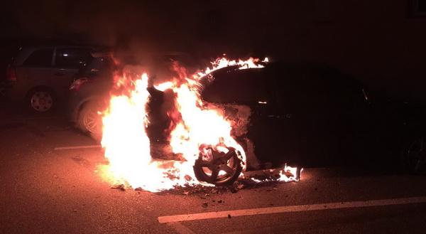 Cremen totalment dos vehicles en un carrer de Sant Feliu de Guíxols