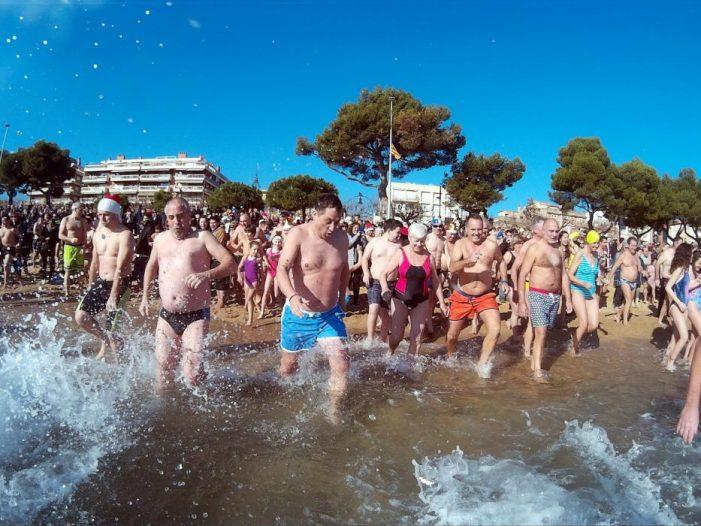 El Primer Bany de Mar de l'any a Sant Feliu de Guíxols suma més participants