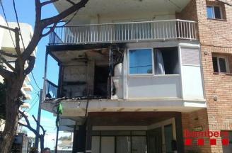 Un espectacular incendi en un apartament de Platja d'Aro obliga a confinar els veïns