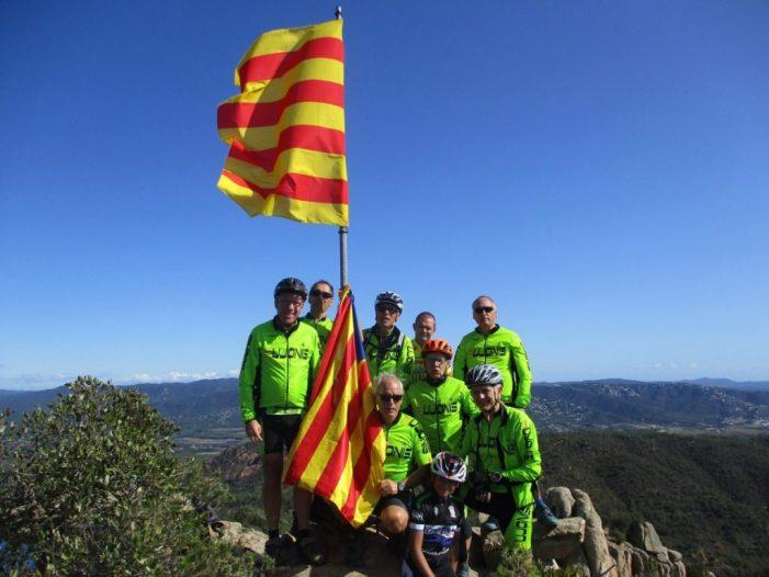 Renovació de la senyera del Puig de les Cols