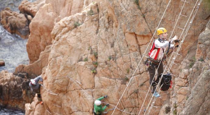 Un jove cau d'uns 12 metres al mar fent la via ferrada de la cala del Molí de Sant Feliu