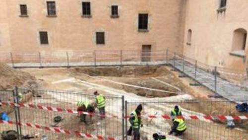 Excaven arqueològicament a la plaça del monestir on anirà l'edifici del Thyssen
