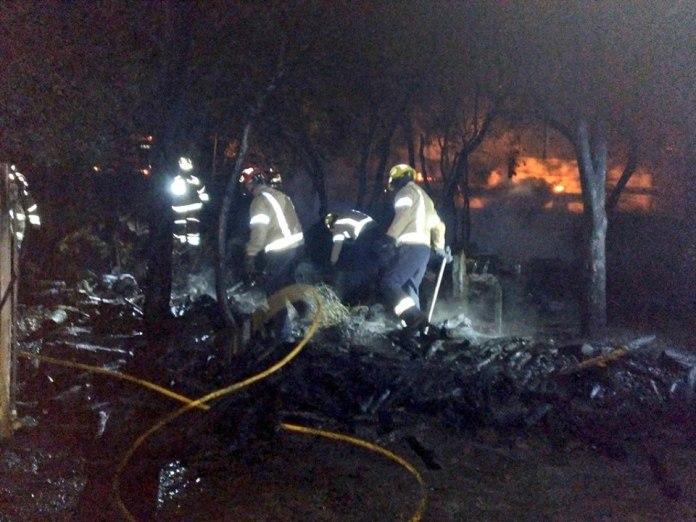 Els bombers apaguen un incendi al costat d'una masia de Romanyà