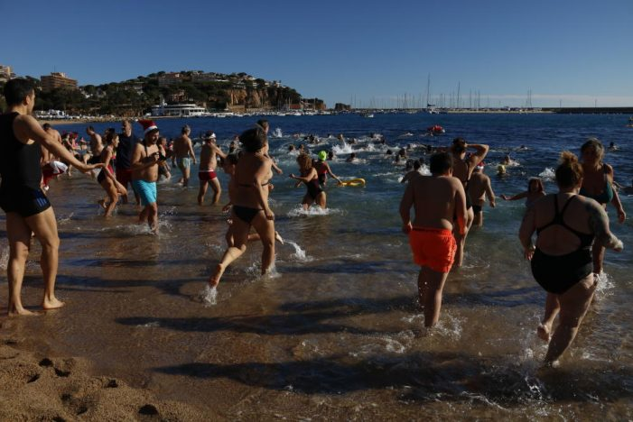 Més de 300 nedadors en el primer bany de l'any a la platja de Sant Feliu