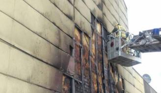 Crema la paret d'un edifici de Castell d'Aro