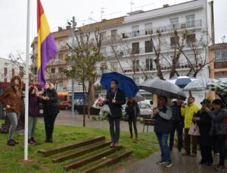 Sant Feliu celebra l'acte institucional d'hissada de la bandera republicana