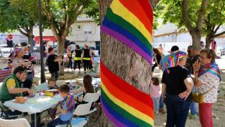 Santa Cristina fa un jardí de colors contra l'homofòbia
