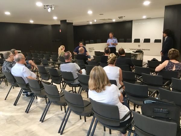 L'Ajuntament, la Policia Local i el sector turístic de Castell-Platja d'Aro impulsen una xarxa per informar els seus clients i usuaris de manera ràpida i eficaç davant de situacions d'emergència