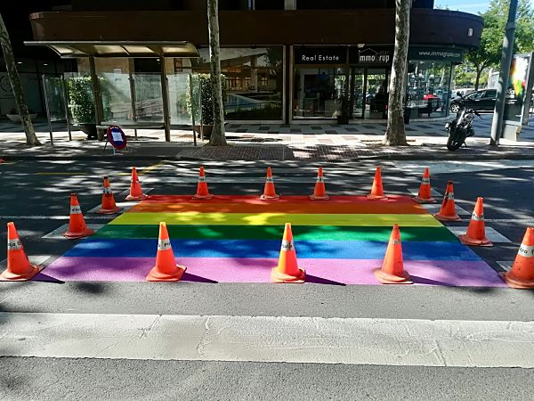 Castell-Platja d'Aro i S'Agaró se suma a la commemoració del Dia Internacional de l'Orgull LGBT pintant la bandera de l'arc d'iris a la via pública o la lectura d'un manifest reivindicatiu