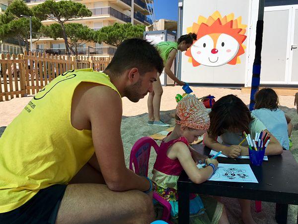 El Mini Club de la Platja Gran de Platja d'Aro, que cada estiu visiten més de 3.000 infants, estrena nova ubicació i tallers