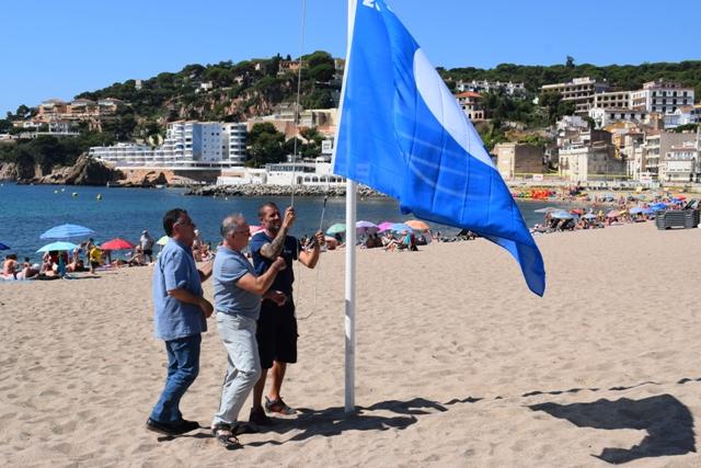Hissada de bandera blava a Sant Feliu de Guíxols