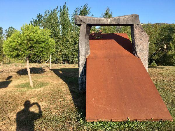 Manel Àlvarez exposa 15 peces de gran format en el Parc dels Estanys de Platja d'Aro que ha estrenat l'horari d'hivern aquest mes d'octubre
