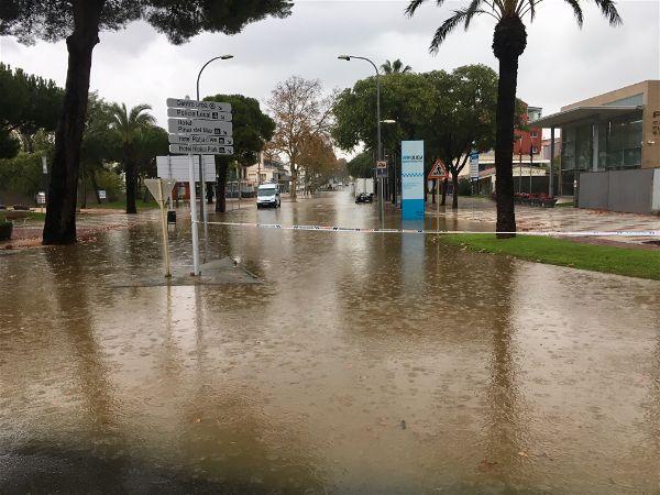 El temporal de pluja provoca inundacions, talls de carreteres i una pujada forta del cabal del Ridaura a Castell-Platja d'Aro i S'Agaró