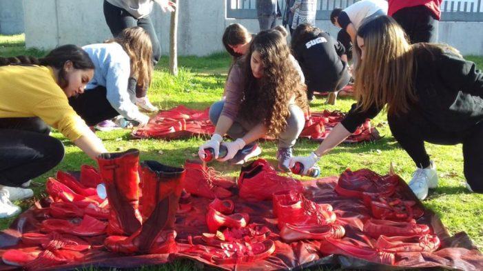 Alumnes de secundària pinten les sabates vermelles contra la Violència Masclista de Santa Cristina d'Aro