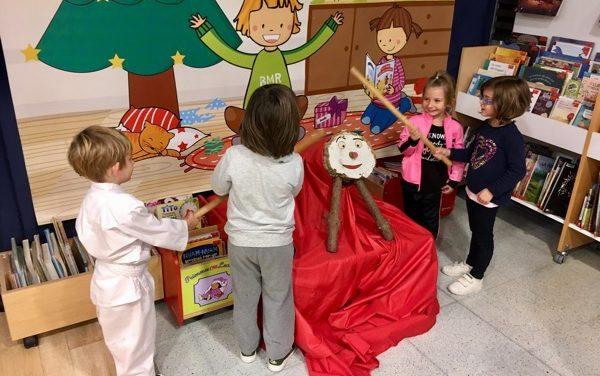 Més de 260 nens, nenes i infants han cagat aquest dijous a la tarda el Tió de la Biblioteca Municipal Mercè Rodoreda de Platja d'Aro
