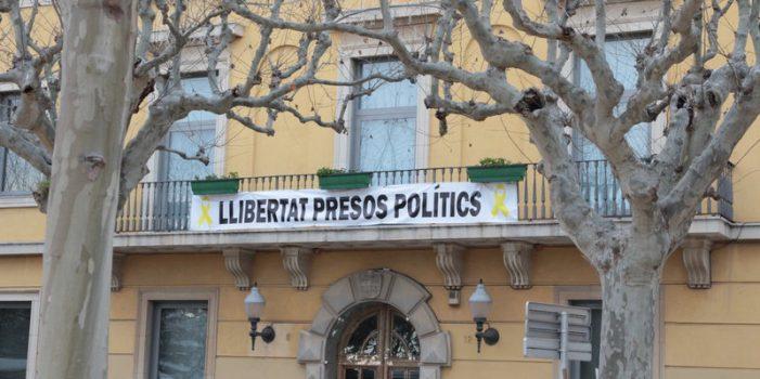 Arrenquen de nit estelades i la pancarta pels presos