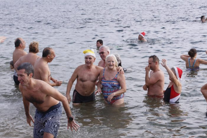 Uns 400 nedadors fan el primer bany de l'any 2019 a Sant Feliu