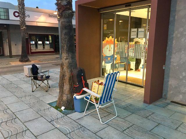 Colles de la Garrotxa i del Baix Empordà passen la nit i matinada al carrer per garantir-se una plaça per la Rua de Carrosses i Comparses de Platja d'Aro